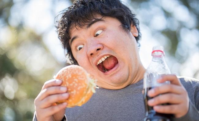 ハンバーガー食べてる男