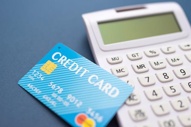 クレジットカードの隣に電卓