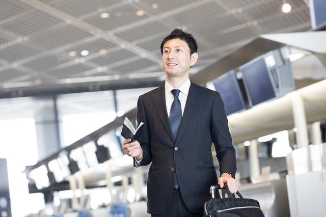 クレジットカード-海外出張に行く男性